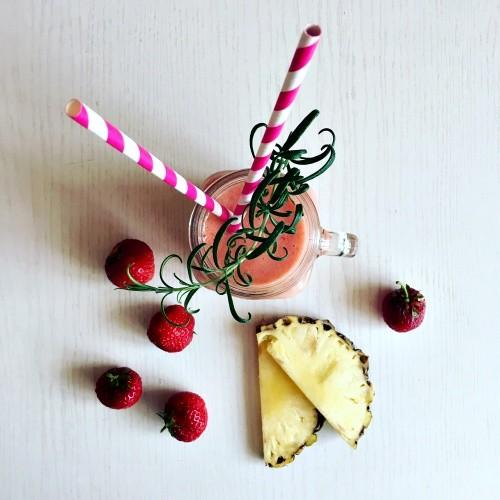 jahodovo-ananasové smoothie s rozmarýnem