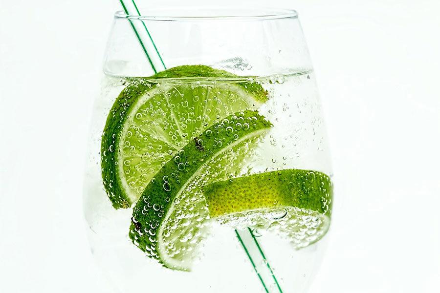 ledov´´a voda s limetou