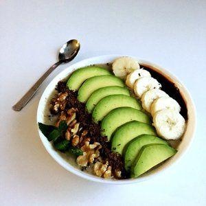 Avokado-bananova smoothie bowl