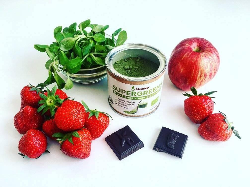 jahodové smoothie s čokoládou a polníčkem