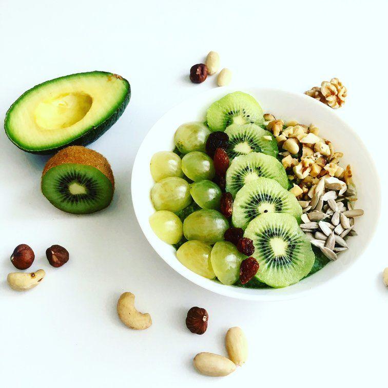 jáhlová smoothie bowl s ořechy a semínky
