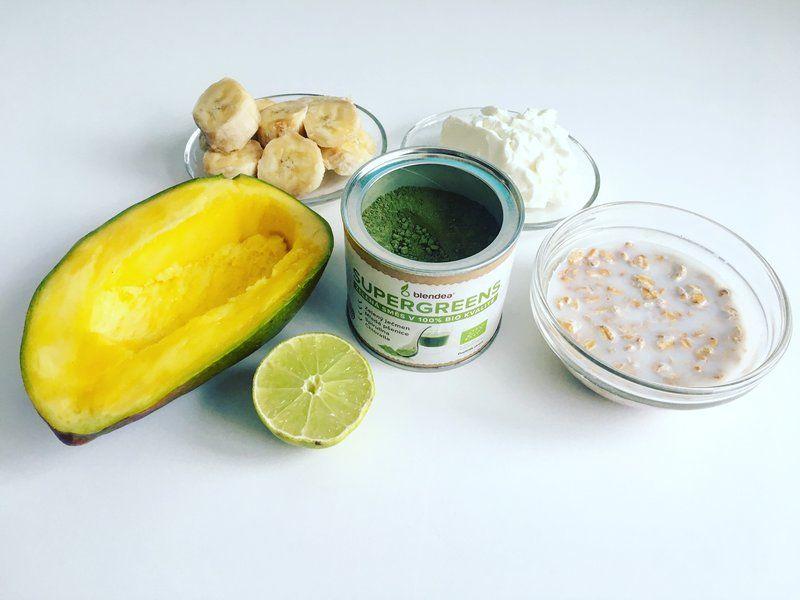 mangovo-tvarohová smoothoe bowl s kokosem