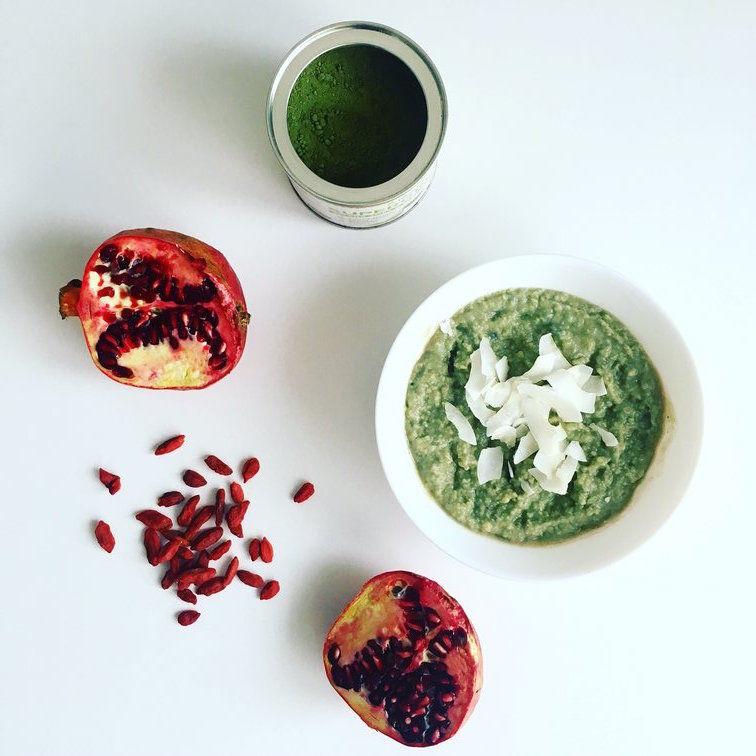 jáhlová smoothie bowl s granátovým jablkem