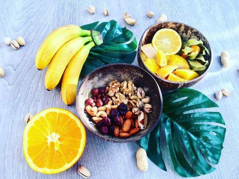 baby banány, ořechy a citrusy