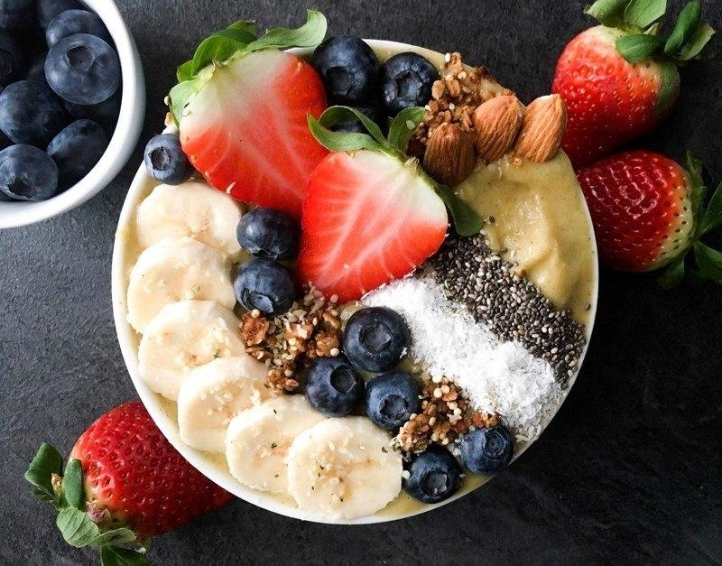 mangová bowl s konopnými semínky