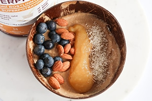 Smoothie bowl po tréninku s proteinem