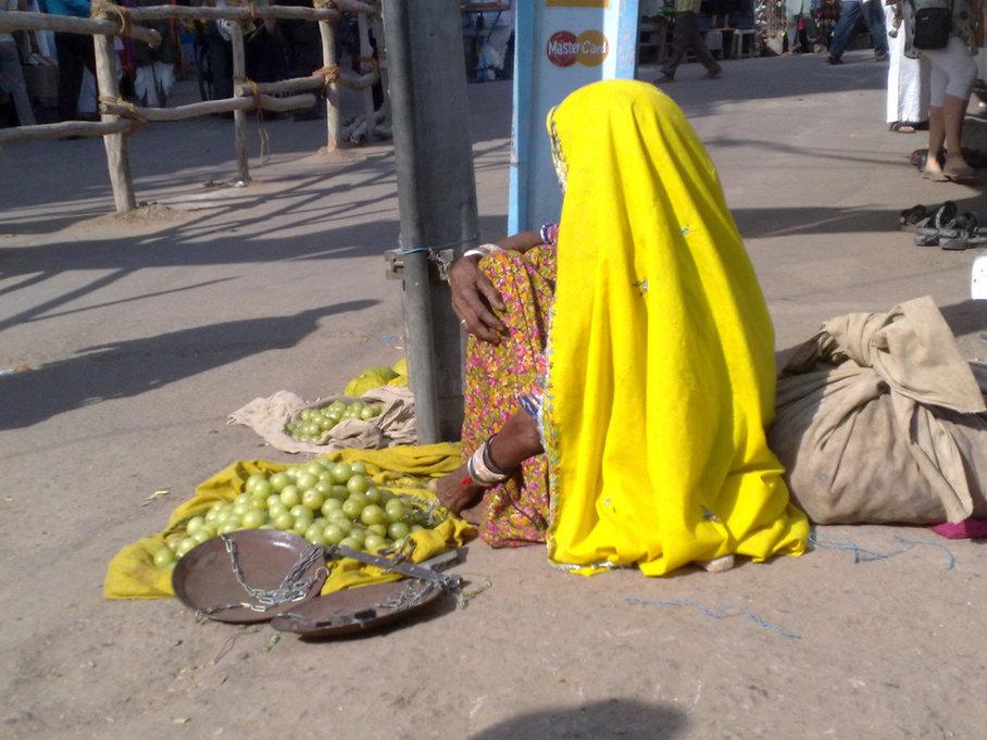 žena prodává amlu na ulici