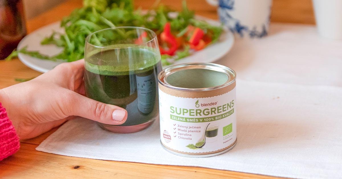 Zelený nápoj v ruce