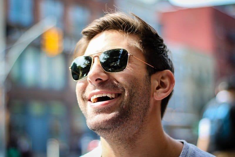 muž dovolená úsměv