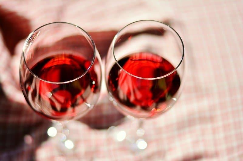 skleničky s červeným vínem