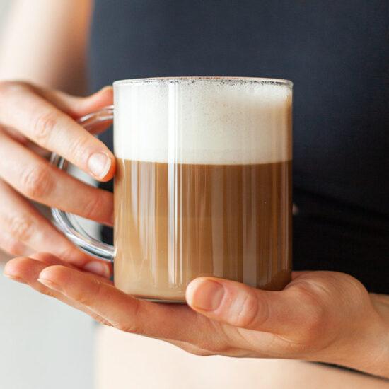 Zdravá káva supercoffee s mlékem v rukách