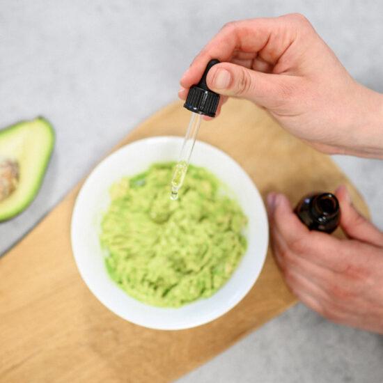 Přidávání omega 3 oleje do avokádové pomazánky