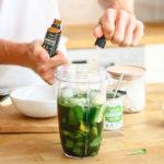 Přidávání Omega 3 kapek do smoothie